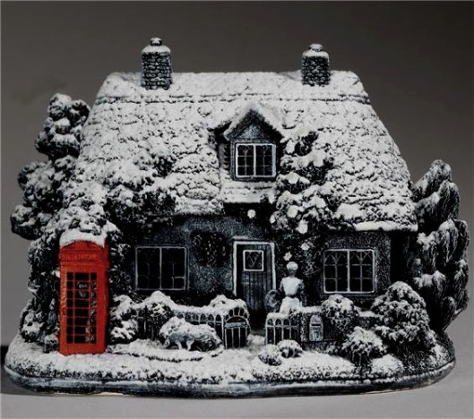 91766_lilliput-lane-christmas-callers-snow-cottage-with-red-telephone-box-l3669_large