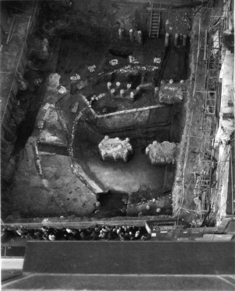 An old (1989) image of the excavations of the Rose Theatre in Southwark.